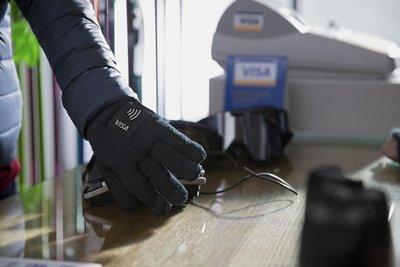 Visa开发可支付的NFC手套,冬天付钱不怕被冻手